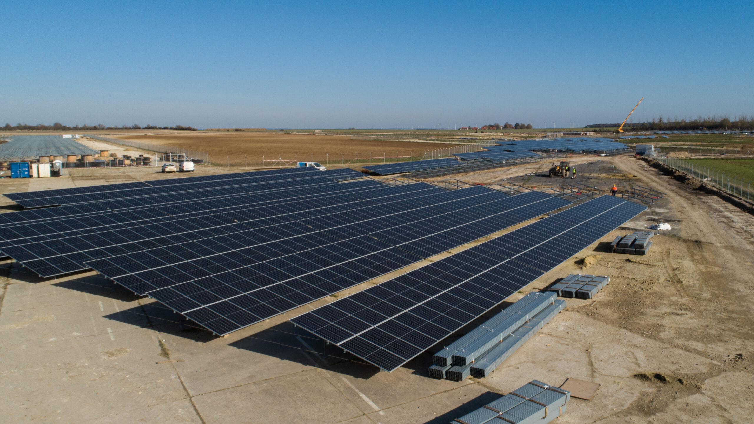 Planta solar Samoussy en construcción